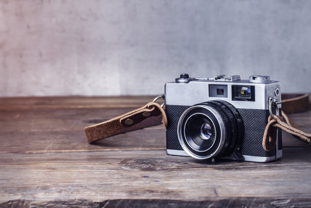 close-up-vintage-camera-wooden-table_1205-111