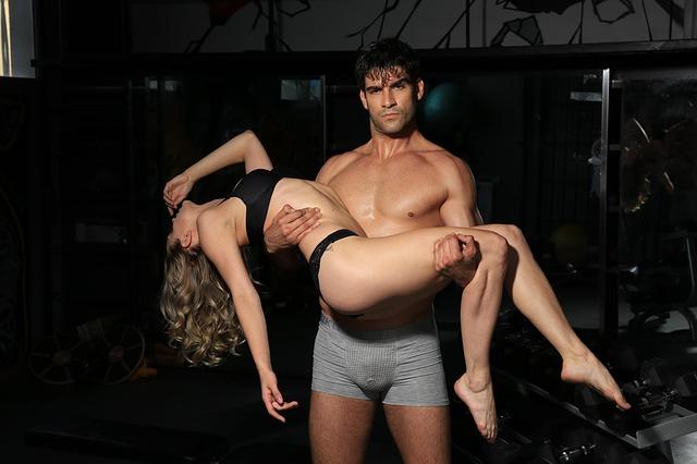 Muž nesie ženu na rukách.jpg