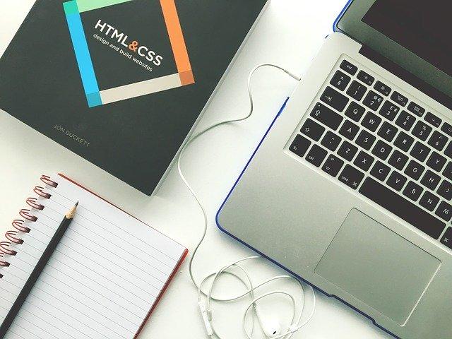Kniha, zápisník a notebook na bielom stole