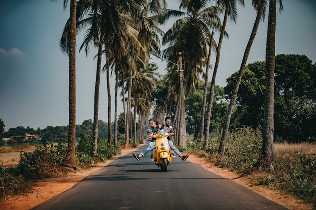 ľudia na motorke